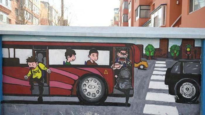 公交车修理工手绘数百米涂鸦墙 倡导文明出行